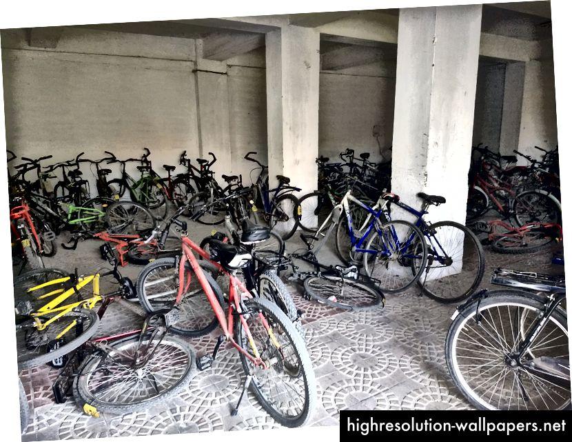 Dette er cykelparkeringspladsen til Radhakrishnan Bhawan ved IIT Roorkee. Disse ejes, ikke til leje.