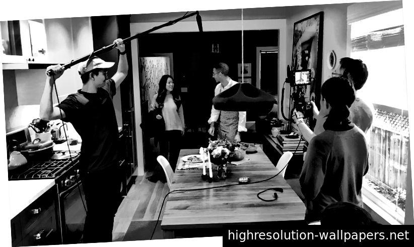 Detrás de escena en un video de visión de Thumbtack en mi casa, con miembros del equipo como equipo y actores.