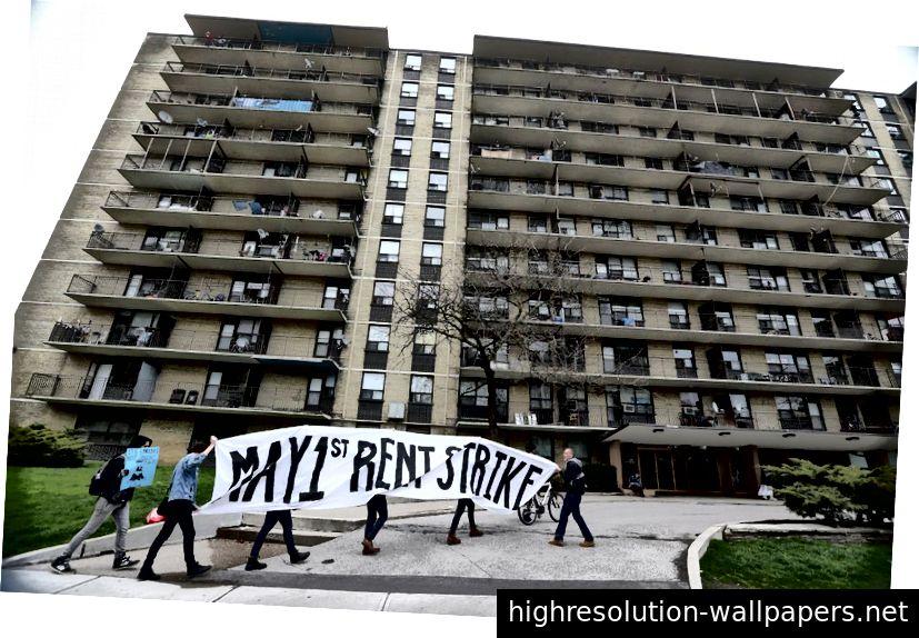 Οι κάτοικοι πολλών κτιρίων του Metcap διαδηλώνουν για να διαμαρτυρηθούν για τον ιδιοκτήτη τους. (STEVE RUSSELL / TORONTO STAR)