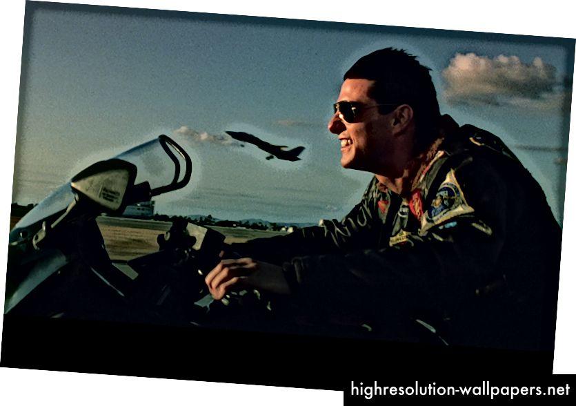 Til venstre: Nolans 'Interstellar' - sorthulsscene, der er vidne til Matthew McConaughey falder ned i et sort hul provoserer følelser af frygt, forundring og nysgerrighed. Højre: Tony Scotts 'Topgun' - motorcykelscene, der ser Tom Cruise-hastighed sammen med en F-14 jagerfly, der fremsætter, provoserer følelser af spænding, motivation og eventyr.