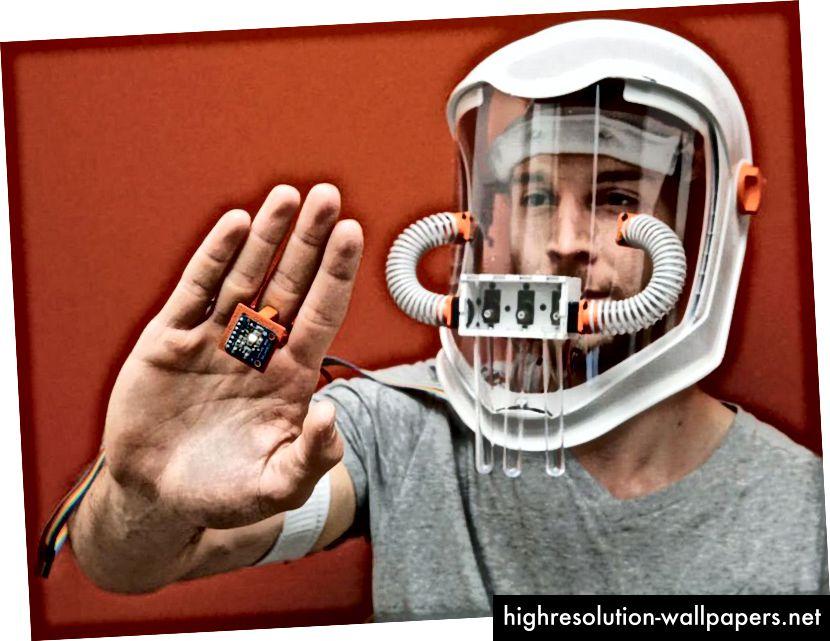Zachary Howard, zrakoplovni inženjer, stvara masku koja oponaša učinke sinestezije pomoću senzora u boji, mikroprocesora i esencijalnih ulja. Povezujući senzor koji se nosi na prstu s Intel Edison čipom na vrpci, Howardov uređaj razbija shemu boja bilo kojeg objekta prema tri glavne boje koje odgovaraju tri rezervoara mirisa.