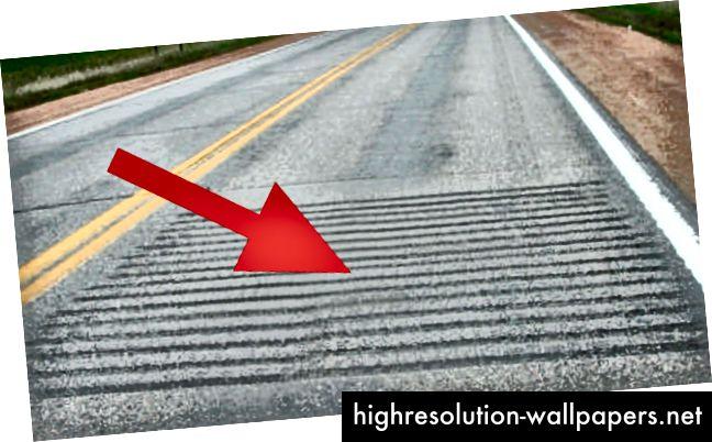 Traka tutnjave primjenjuje se duž smjera vožnje uz rubnu ili središnju liniju, kako bi upozorili vozače kada spuštaju sa svoje trake.