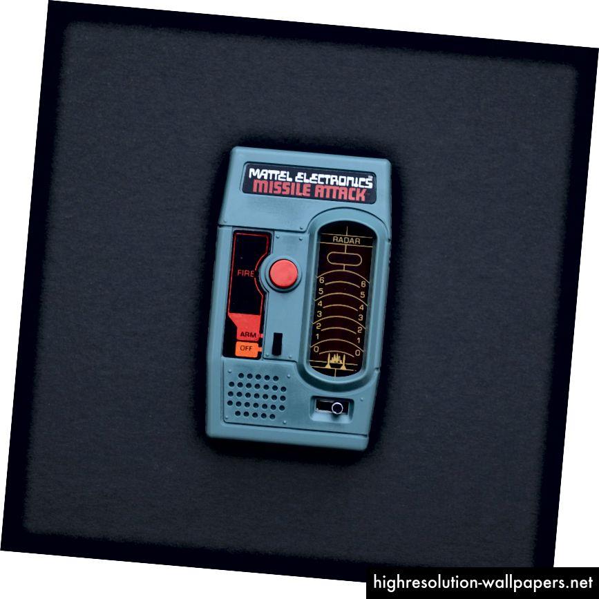 Παραδείγματα εκκεντρικών γραμμάτων σε ηλεκτρονικά παιχνίδια Mattel, γύρω στο 1978. Φωτογραφίες από Corey Holms https://www.flickr.com/photos/whinger/tags/mattelelectronics
