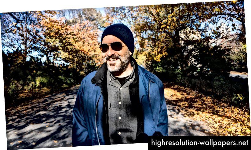 Designer Fred Gates, der sparker i Central Park, NYC
