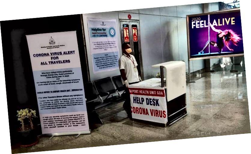 Az utasok segítésére felállított ügyfélszolgálat a Goa nemzetközi repülőtéren - népszerű turisztikai célpont (Forrás: Indus Dictum)