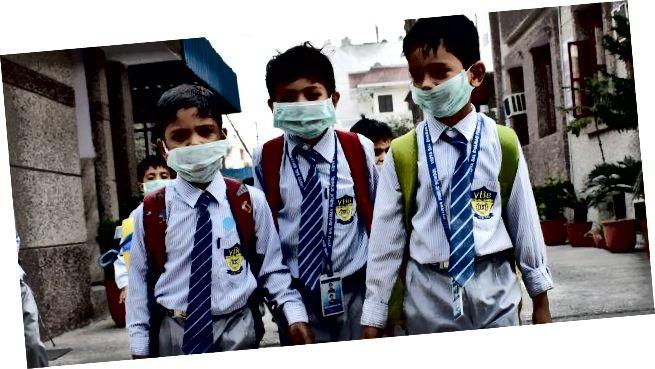A helyi önkormányzatok ingyenes maszkokat osztottak szét az iskolás gyermekek körében (Forrás: Hindustan Times, a Getty Images segítségével)