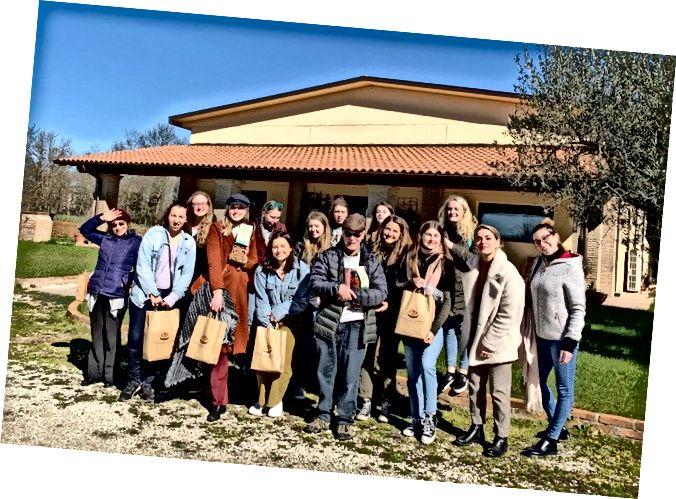 Goldbaum (en el centro) proporcionó esta foto de él posando con algunos de sus estudiantes en una excursión en Italia.