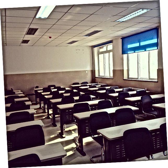Tyhjät luokkahuoneet COVID-epidemioiden takia