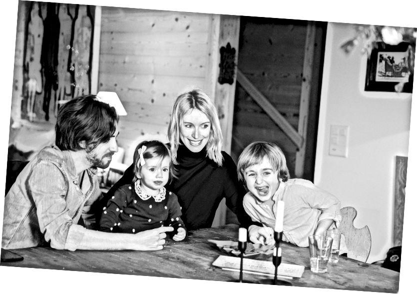Alexandra Schinasi con sus hijos y su esposo, el músico Yoni Sheleg.