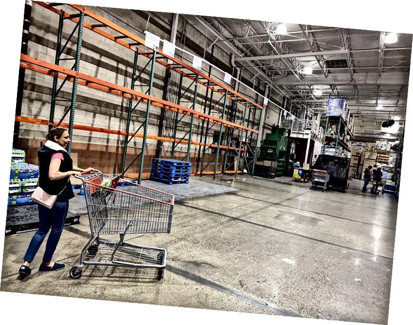 COSTCO i Roseville helt av pappersprodukter och nästan ur vattenflaskor. Kredit Kabir Rocklin