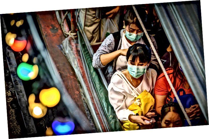 Az ingázók maszkokat viselnek a koronavírus elleni védelem érdekében a Pratunam mólón, Bangkok, 2020. január 30..Mladen Antonov / AFP - Getty Images