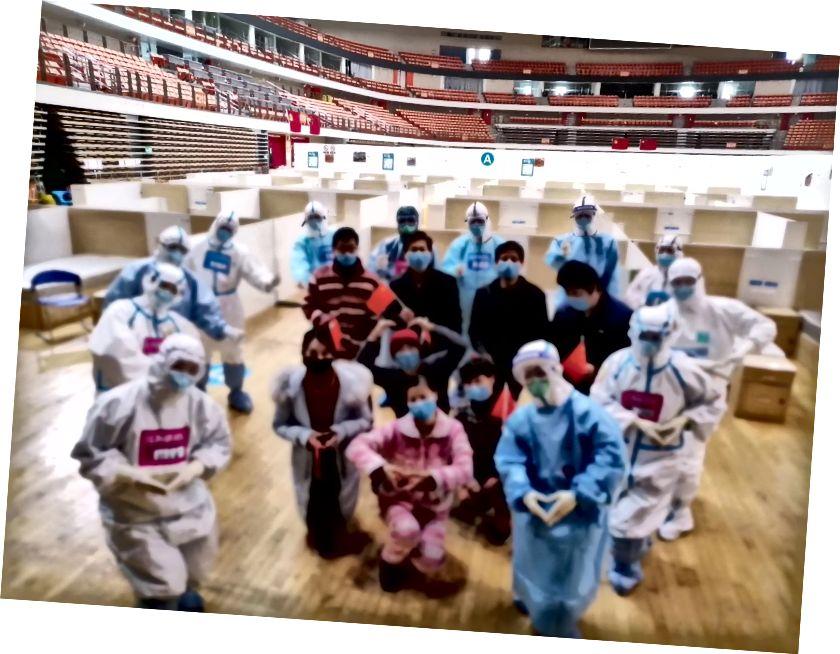 8. maaliskuuta Xiong lähti pop-up-sairaalasta ja teki ryhmävalokuvan (valokuvan luettelo: Xiong) lääkäreiden ja sairaanhoitajien kanssa lähettämällä sydämeni sinulle. Pop-up-sairaala suljettiin, kun kaikkien potilaiden testit olivat negatiivisia COVID-19: llä. 14 pop-up-sairaalasta kolme on edelleen avoinna ja hoitaa noin 100 potilasta. Xiong jatkaa karanteeniaan vielä 14 päivän ajan yksittäisissä hotellihuoneissa varmistaakseen, että hänen testauksensa eivät palaudu positiiviseksi. (Tämä kuva sumennettiin yksityisyyden suojaamiseksi.)