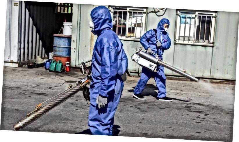 Suojavarusteiden spray-desinfiointiaineiden työntekijät Soulissa (kuva: Jong Hyun Kim / Anadolu Agency via Getty Images)
