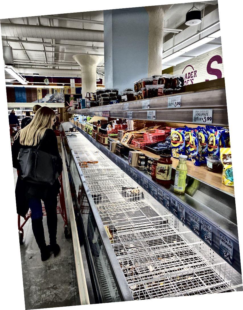 Tukši pārtikas preču veikalu plaukti 12. martā Ņujorkā, kad cilvēki sāka paniku un krājumus pārtikai