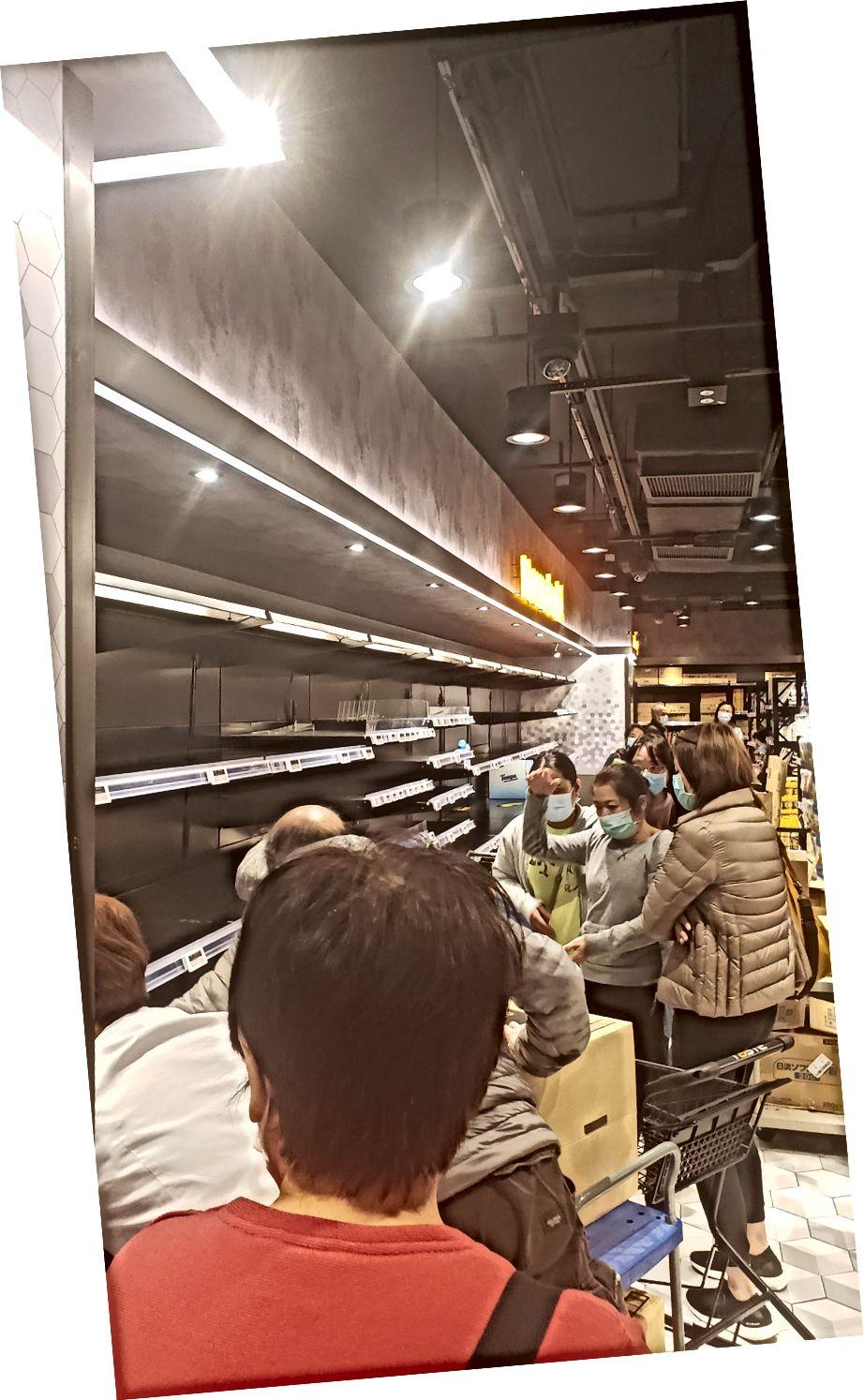 Människor som rensar snabbköpet i Hong Kong - Bild med tillstånd av Hilary ng