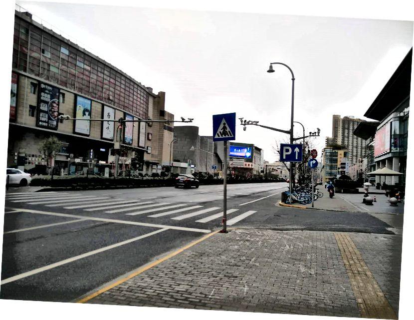 Una calle muy desierta, pero generalmente muy concurrida, en Shanghai durante el brote de Coronavirus el 7 de febrero de 2020. Foto: Hiroyuki Tanaka / Good Habit Group Co., Ltd.