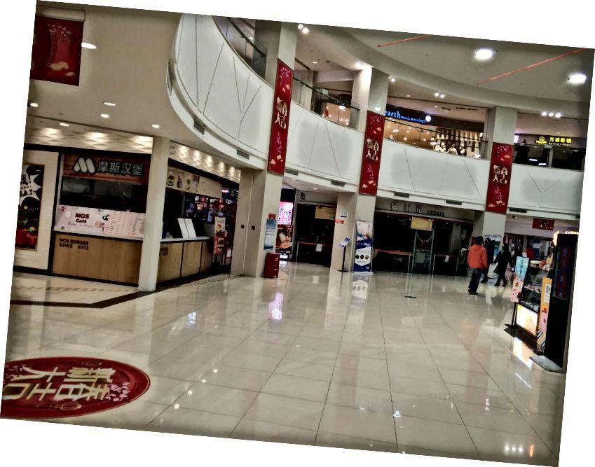 Muchos de los restaurantes y tiendas minoristas en un gran centro comercial en Shanghái cerraron el 7 de febrero de 2020. Foto: Hiroyuki Tanaka / Good Habit Group Co., Ltd.