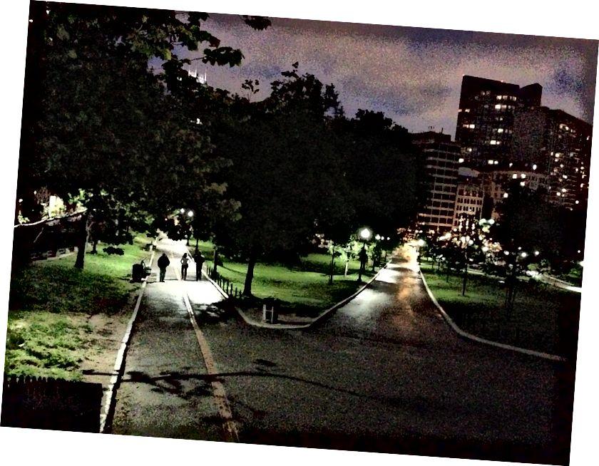 Alrededor de las 9:30 p. M., Me alejaba del Emerson College, a través de Boston Common, y sentía el vacío de la ciudad.
