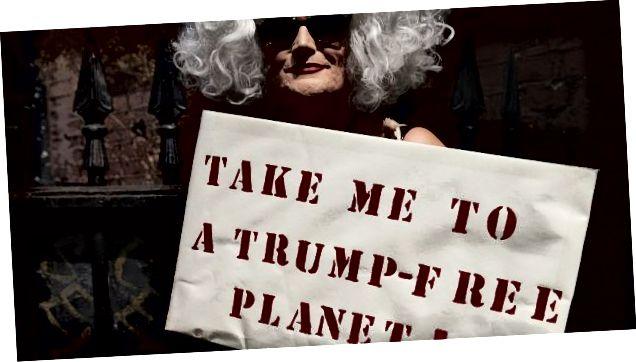 Ағылшын патшайымы Лондондағы шеруге және шеруге қатысу үшін жиналған кезде АҚШ президенті Дональд Трамптың Ұлыбритания сапарына қарсы наразылық білдірушілерге қосылды. Сурет: Никлас Халлен / AFP / Getty Images