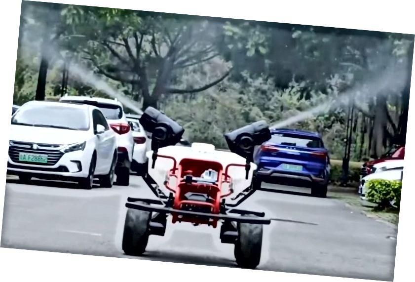 Bild: ett rörligt fordon på en gata i Kina, desinficera lokala gator och stadsdelar.