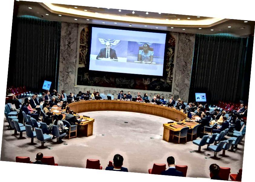 Az Egyesült Nemzetek Biztonsági Tanácsában a tagok távolról Dél-Szudánról tájékoztató szakértők. A Tanács tesztelt egy szimulált számítógépes találkozót, előkészítve az ENSZ épületének esetleges leállítását a New York-i koronavírus kitörés közepette. ESKINDER DEBEBE / UN FOTÓ