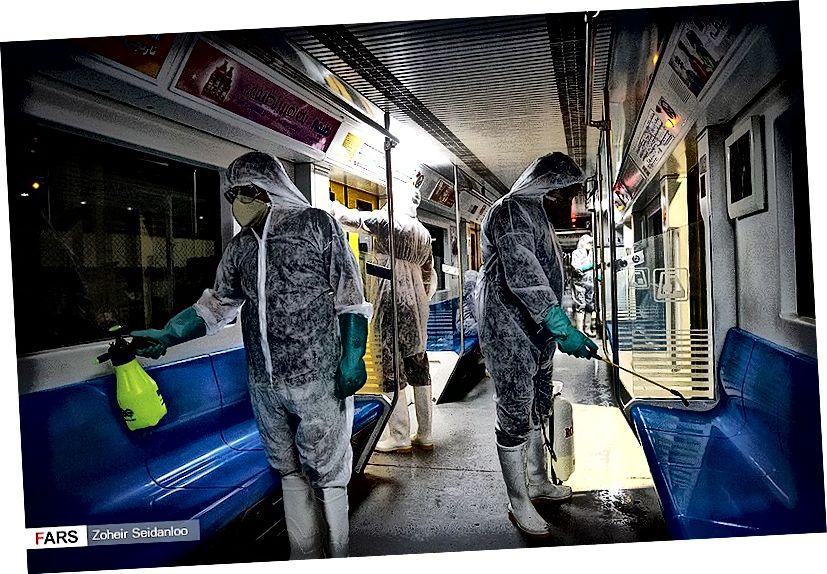 Työntekijät, jotka desinfioivat metroa Teheranissa (Zoheir Seidanloo)