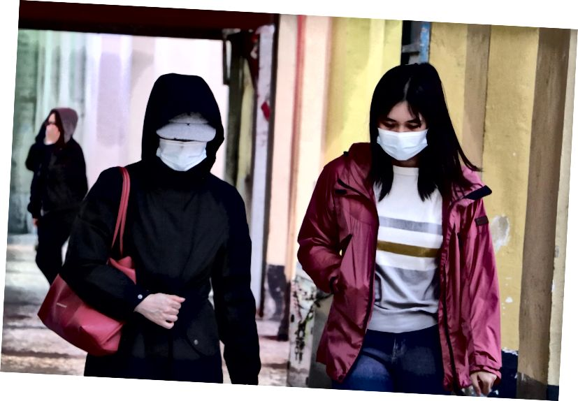 Kaksi naista kävelee kaduilla Macaossa, Kiinassa, päällään kasvonaamariin suojautuakseen koronaviruksesta. [Kuva Macau Photo Agency / Unsplash]
