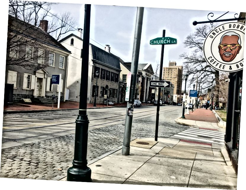 Vid lunchtid är ett typiskt livligt område nära den populära farbror Bobbies kaffe och böcker karg. Germantown Avenue-butiken stängde för allmänheten på grund av hotet från Covid-19. / Letrell Crittenden