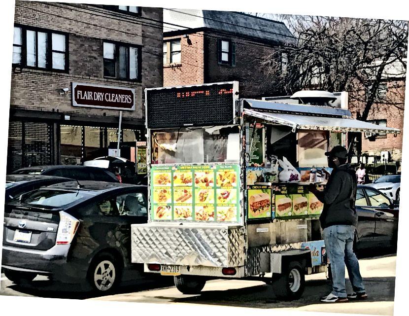 En person beställer mat från en lastbil. Flera matbilar var aktiva igår, inklusive denna på Chew Avenue. Det återstår att se om sådana företag kommer att förbli öppna, till följd av Gov. Tom Wolfs senaste direktiv om att endast