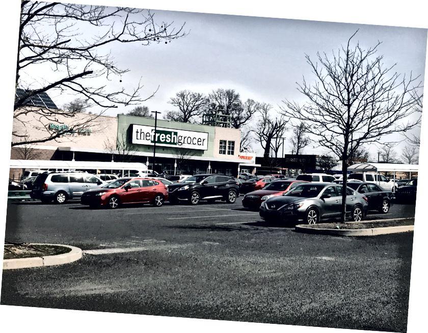 En fullständig parkeringsplats vid Fresh Grocer på Chew Avenue. Trots varningar som uppmanade invånarna att delta i social distansering var många invånare fortfarande på väg in i butiker i hela Germantown. Livsmedelsbutiker - och öldistributörer - kommer inte att påverkas av regeringens Wolfs senaste affärsförbud. / Letrell Crittenden