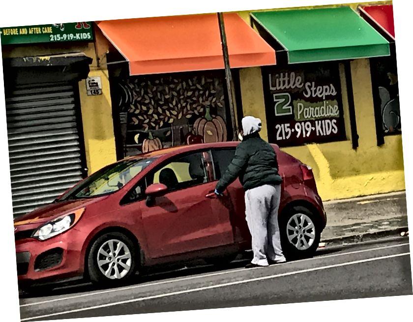 En person som bär en mask tisdag eftermiddag kommer in i en bil på Chelten Avenue, framför en avstängd daghem. Trots att borgmästaren Jim Kenney utsågs till en viktig resurs, stängdes daghem över hela staden efter att en annan beställning gjordes av Pennsylvania Gov. Tom Wolf./Letrell Crittenden