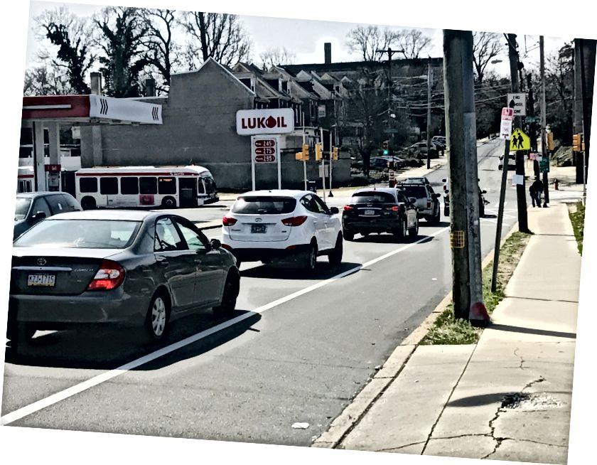 Intersección de Washington Lane y Chew Avenue. El tráfico de automóviles se redujo, pero lejos de no existir el martes por la tarde. / Letrell Crittenden