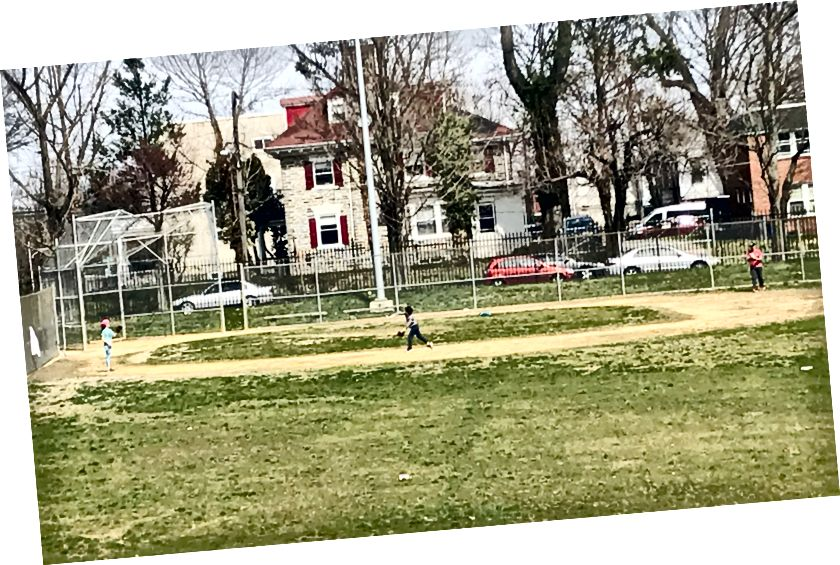 En vuxen och två barn kastar runt en boll i en park på Johnson Avenue. Parker i Germantown var till stor del karga tisdag eftermiddag. I närheten Mt. Luftigt spelades dock flera basketspel på Mt. Luftig lekplats på Germantown Avenue./Letrell Crittenden