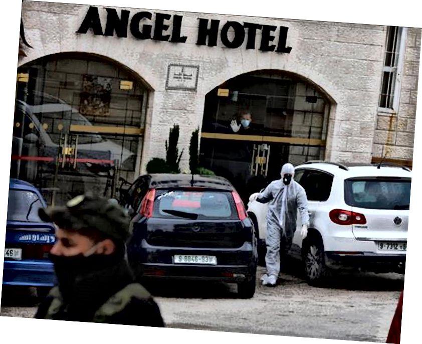 Fuera del Hotel Angel en cuarentena en Belén, el epicentro de la pandemia de coronavirus. (Imágenes WAFA)