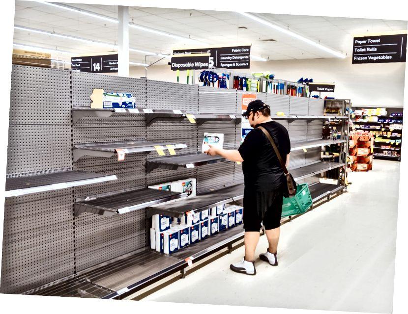 Amerikkalainen ostoksilla lähellä tyhjää käytävää. Luotto: CNBC