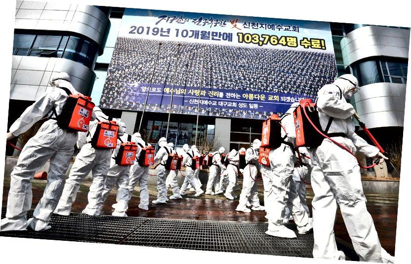 Soldados surcoreanos rociando desinfectante frente a una sucursal de la Iglesia de Jesús Shincheonji en Daegu Crédito: Lee Moo-Ryul | a través de Associated Press