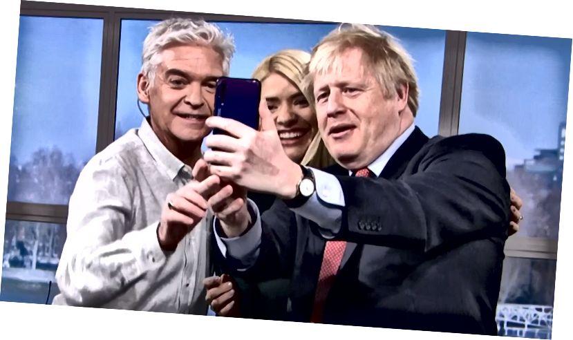 Boris Johnson valitsee parittoman Huwaei P20 -puhelimen henkilökohtaiseksi puhelimeen käydessään aamutiedotuksissa ITV / TÄTÄ Aamu