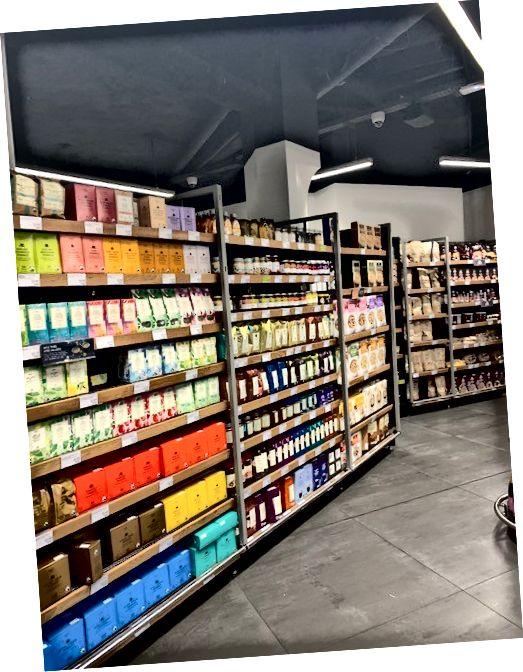 Los estantes de las tiendas en París todavía estaban bien abastecidos dos días antes de que comenzara el cierre. La mayoría de las pastas y el arroz habían desaparecido, pero había mucho café, té, queso, vino, cereales, galletas empaquetadas, papas fritas y productos.