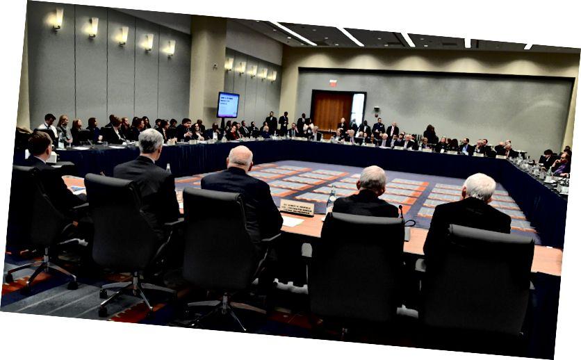 Az elnök Coronavirus Munkacsoport tagjai részt vesznek a Nemzeti Kormányzói Szövetség kétpárti kormányzói csoportjával folytatott megbeszélésen a szövetségi, állami és helyi ügynökségek közötti együttműködés és együttműködés fontosságáról a koronavírusra adott válaszként. 2020. február 9. (fénykép: HHS Sec. Alex Azar, Twitter)