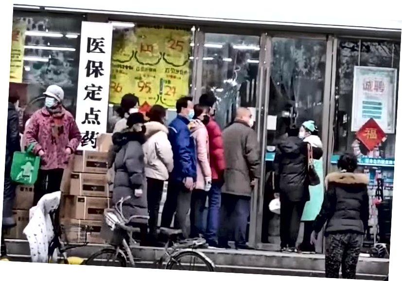 Cetățeni Wuhan în coadă pentru a cumpăra măști. Sursa: Wikimedia