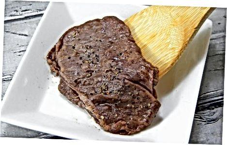 Das Wagyu-Rindfleisch servieren