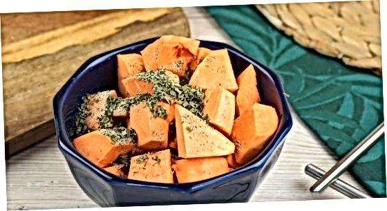 Жареный нарезанный кубиками сладкий картофель