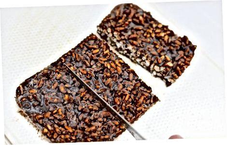 Fazendo deleites crocantes básicos de arroz com chocolate