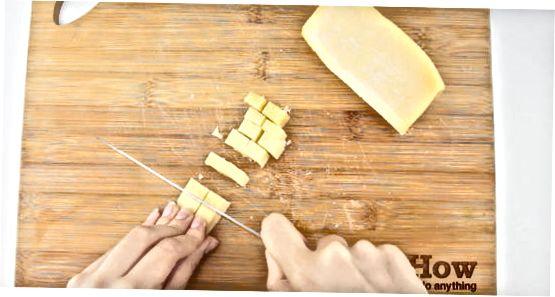 Grating parmezan duke përdorur një blender