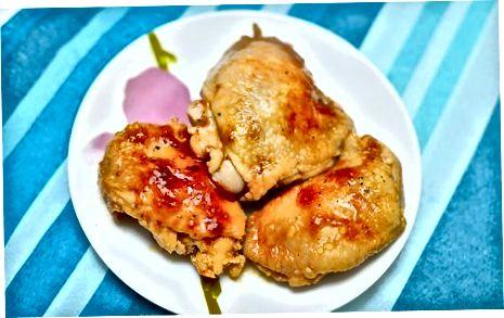 Langsam gekochte Hähnchenschenkel in Sauce
