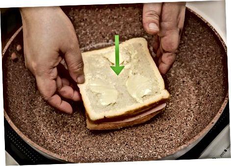 Grildan tayyorlangan jambon va pishloqli sendvich tayyorlash