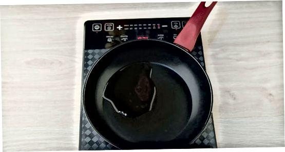 Karamellisieren von Rosenkohl in einer gusseisernen Pfanne
