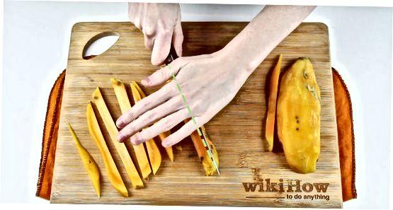 Die Süßkartoffel in Würfel schneiden