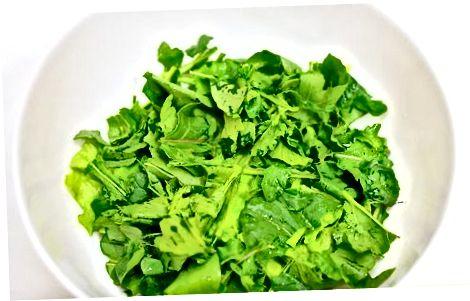 Gaminant klasikines lapines žalias salotas