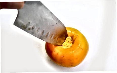 Eine Fuyu-Persimone in Scheiben schneiden